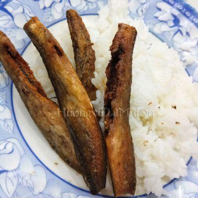 Khô cá chạch chiên ăn với cơm trắng