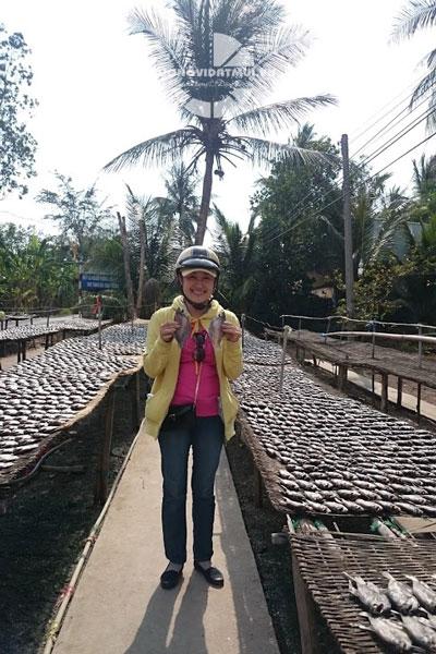 Phơi khô cá sặc bổi U Minh Cà Mau